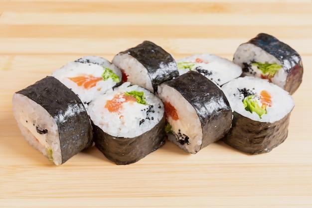 Papoulas simples com salmão, abacate, queijo e caviar de peixe voador. na prancha. para qualquer propósito.