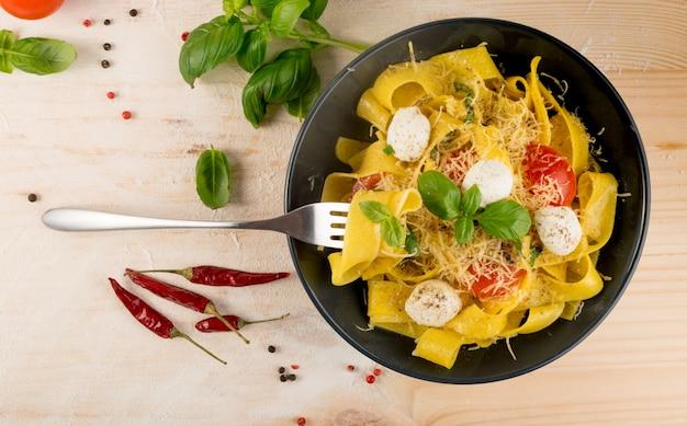 Pappardelle, fettuccine ou tagliatelle de massas italianas amarelas