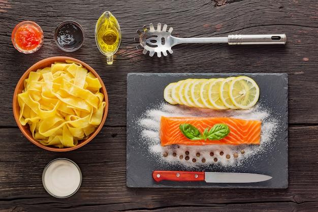 Pappardelle macarrão com salmão. cozinha tradicional italiana. prato pronto em uma mesa de madeira