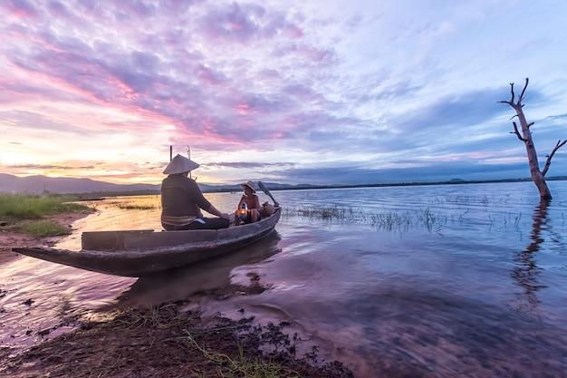 Páquero avô e neto pescando no barco