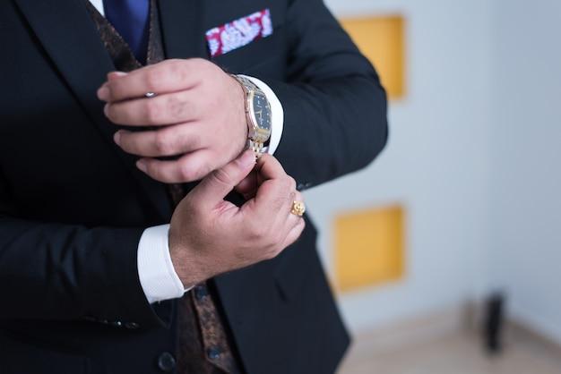 Paquistanês, noivo indiano, mostrando, casaco vestido