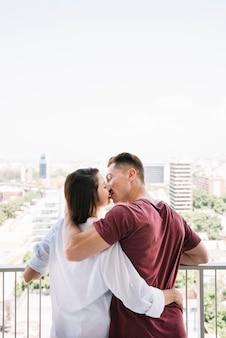 Par abraçando, e, beijando, ligado, sacada