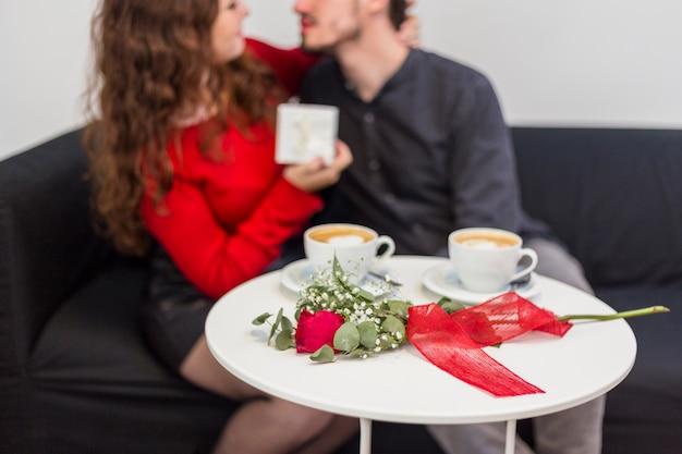 Par abraçando, perto, tabela, com, rosa, e, copos café