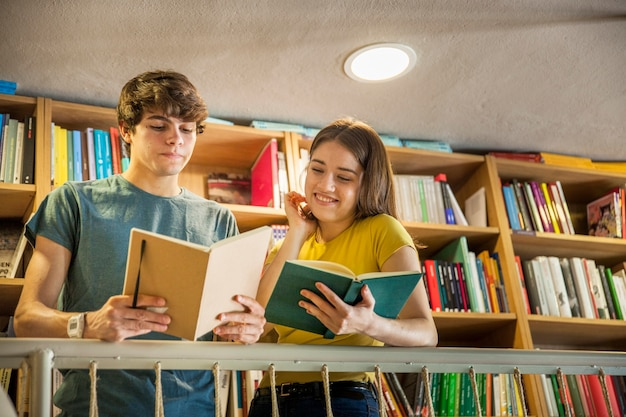 Par adolescente, estudar, em, biblioteca