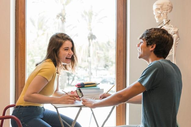 Par adolescente, rir, e, fazendo, dever casa