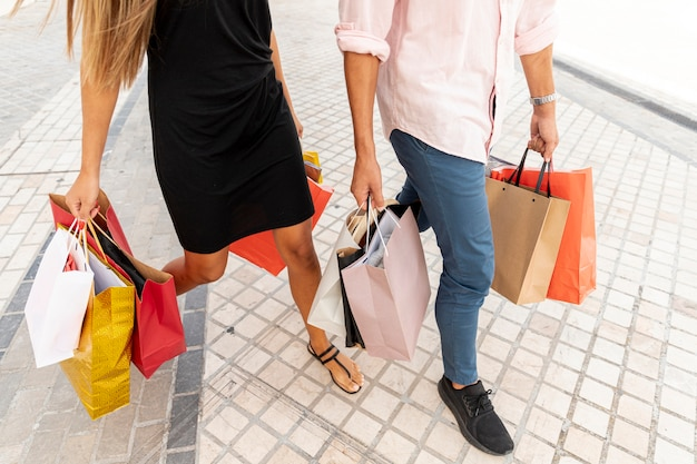 Par alto ângulo, carregar sacolas compras