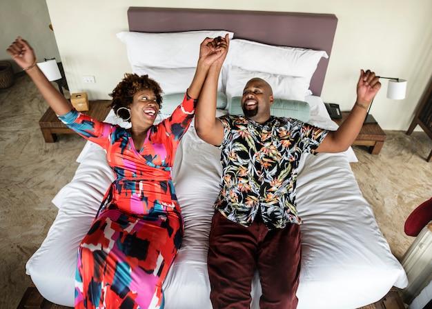 Par americano africano, relaxante, ligado, um, cama