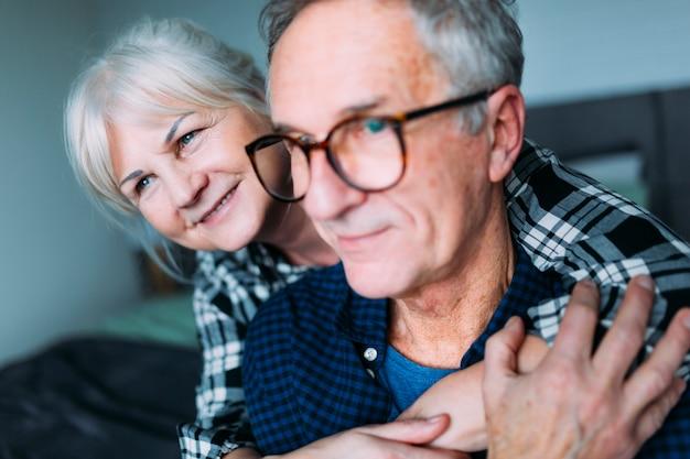 Par ancião, abraçando, em, lar aposentadoria