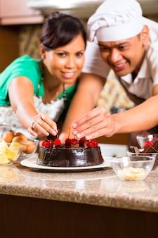 Par asiático, assando bolo chocolate, em, cozinha