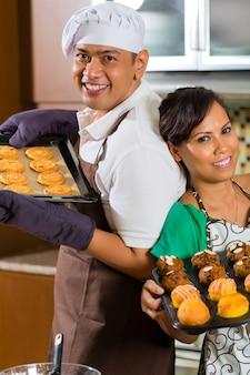 Par asiático, assando bolo, em, cozinha casa