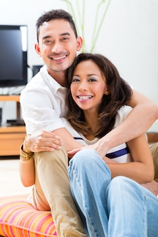 Par asiático, casa, em, seu, sala de estar