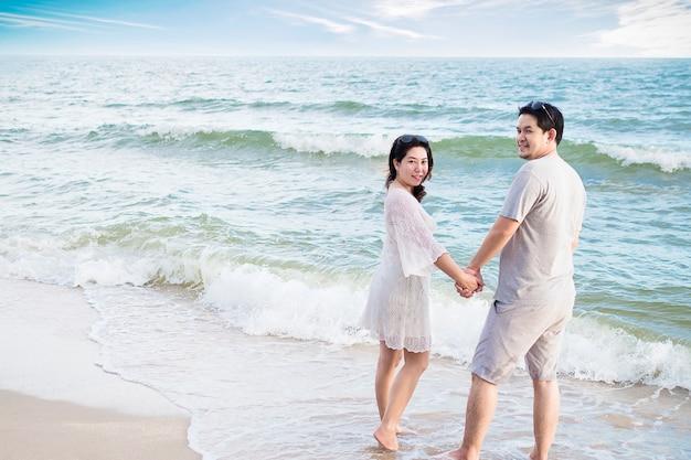 Par asiático, ligado, praia