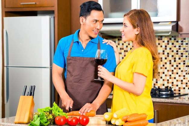 Par asiático, preparando alimento, em, cozinha doméstica