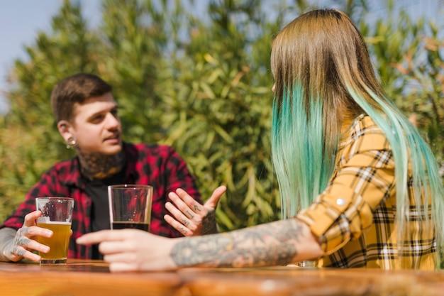 Par, bebendo, cervejas artesanais, ao ar livre