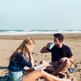 Par, bebendo, e, leitura, ligado, praia