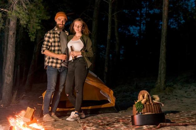 Par, bebendo, e, olhar, a, campfire