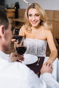 Par, bebendo, vinho, em, jantar