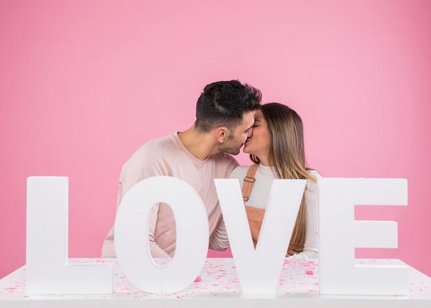Par beijando, perto, inscrição amor