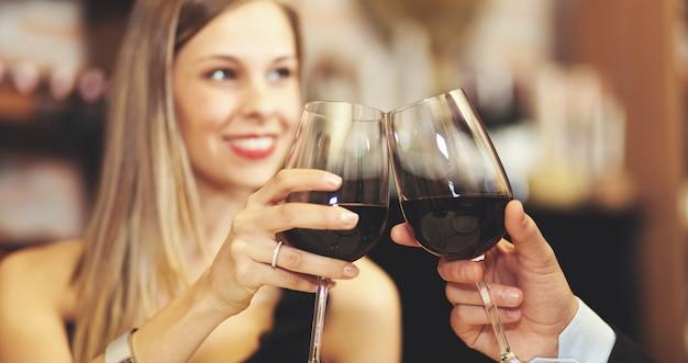 Par, brindando, wineglasses