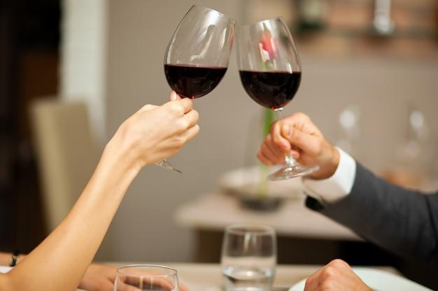 Par, brindar, copos vinho, closeup