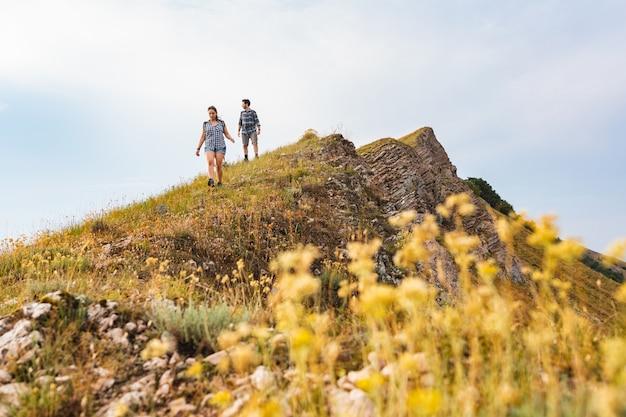 Par caminhando, e, hiking, em, montanhas, em, primavera