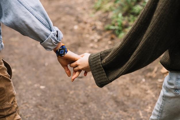 Par caminhando juntos em natureza