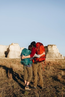 Par caminhando juntos no deserto
