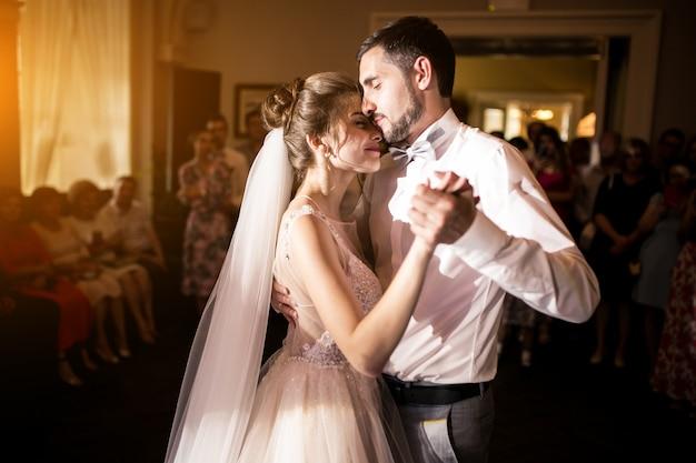 Par casando, dançar