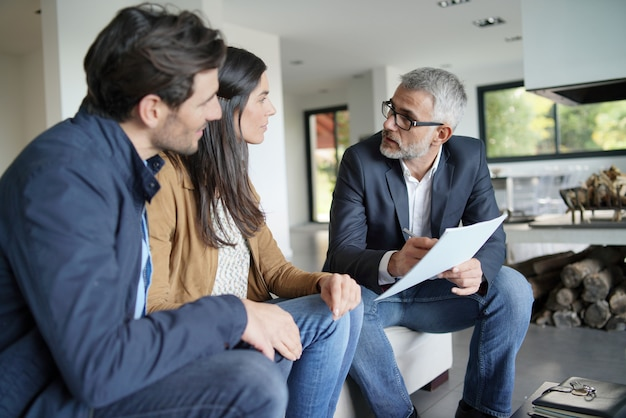 Par, com, agente imobiliário, olhar, contrato, em, modernos, casa