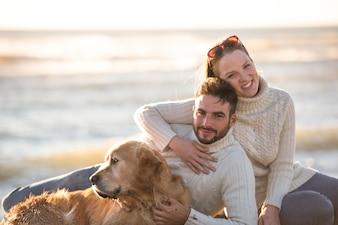 Par, com, cão, desfrutando tempo, ligado, praia