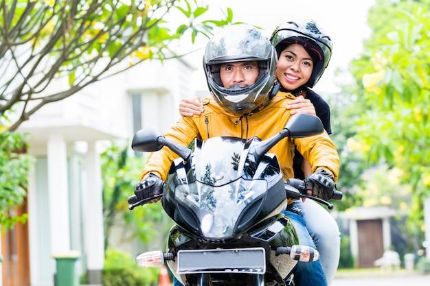 Par, com, capacetes, montando, motocicleta