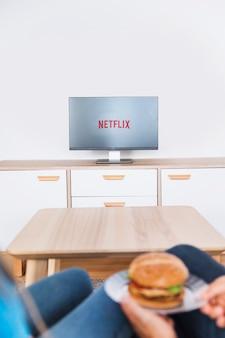 Par, com, hamburger, olhando tv, série
