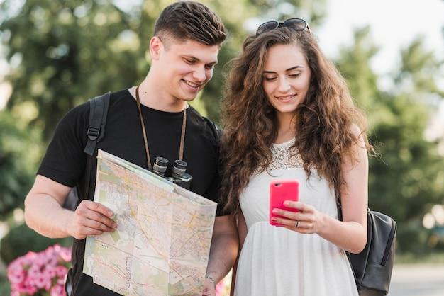 Par, com, mapa, usando, smartphone