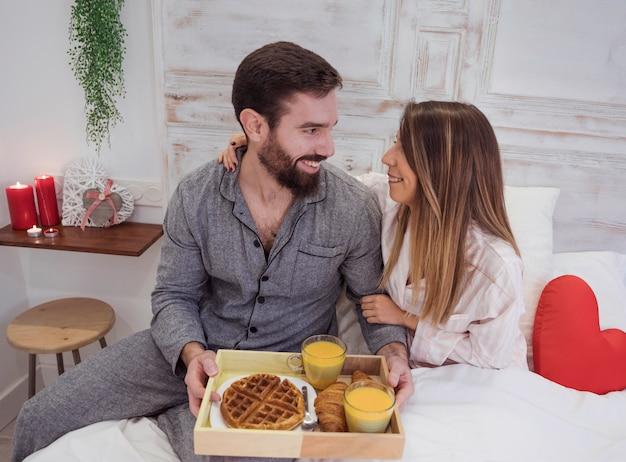 Par, com, romanticos, café manhã, ligado, bandeja madeira