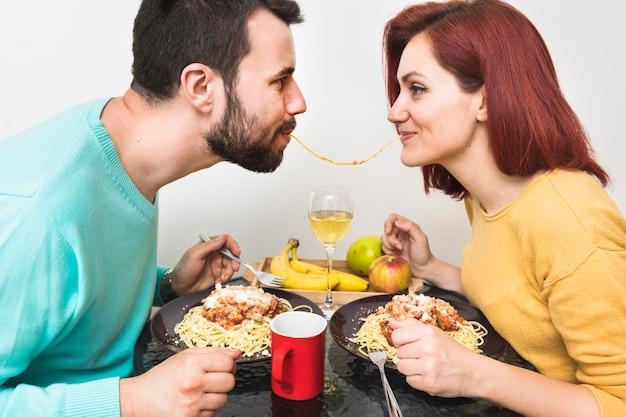 Par, comendo macarrão, junto