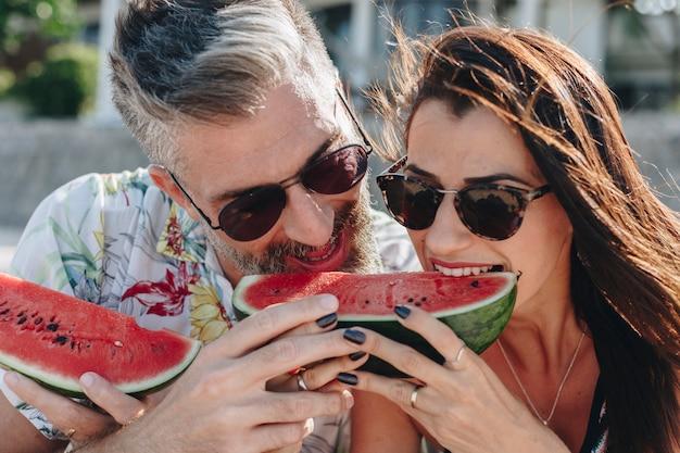 Par, comendo melancia, praia