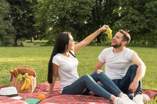 Par, comer, uvas, con, um, cobertor piquenique