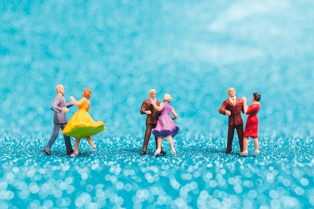 Par dançando, ligado, azul, brilho, fundo