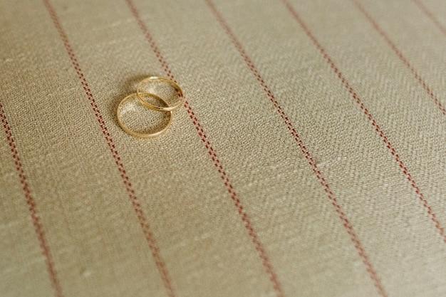 Par de alianças de casamento elegantes