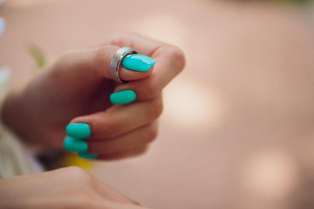 Par de alianças de ouro branco com diamantes no anel feminino. aliança de prata com pedras preciosas em fundo cinza minimalista com sombras. Foto Premium
