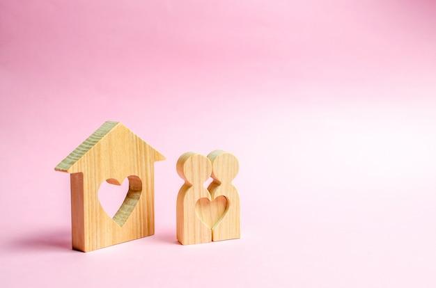 Par de amantes estão perto de pessoas em casa