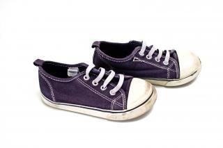 Par de botas azuis e brancos tênis