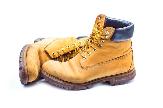 Par de botas de trabalho amarelas antigas, nostálgicas