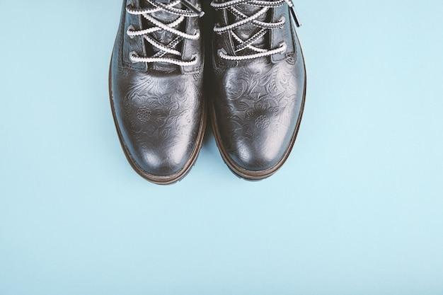 Par de botas pretas de couro genuíno