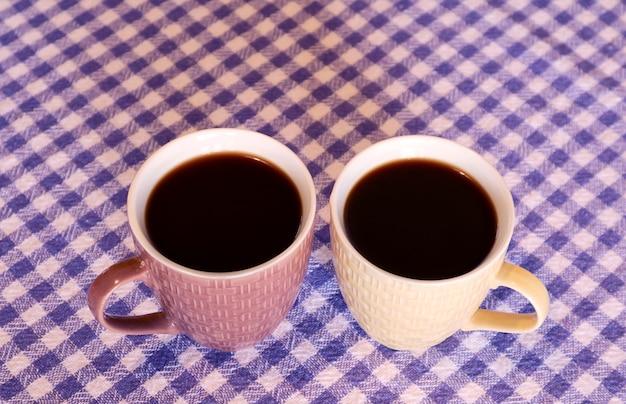 Par de café turco quente em canecas de cerâmica na mesa com espaço para cópia