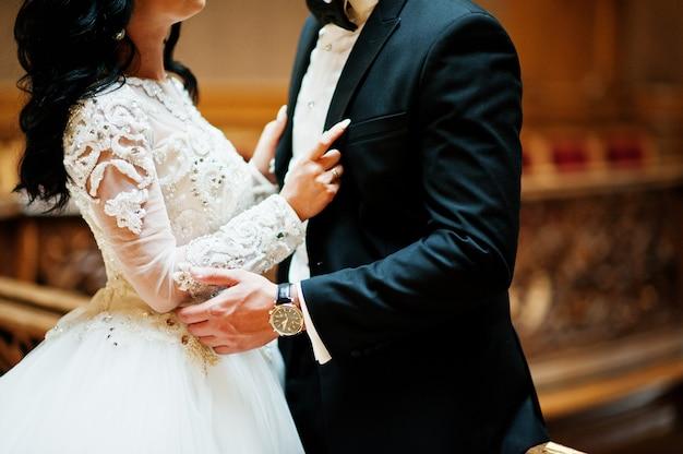 Par de casamento magnífico recém-casado no rico palácio real de madeira.
