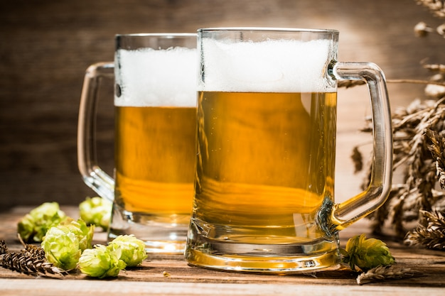 Par, de, cervejas, closeup, ligado, tabela madeira