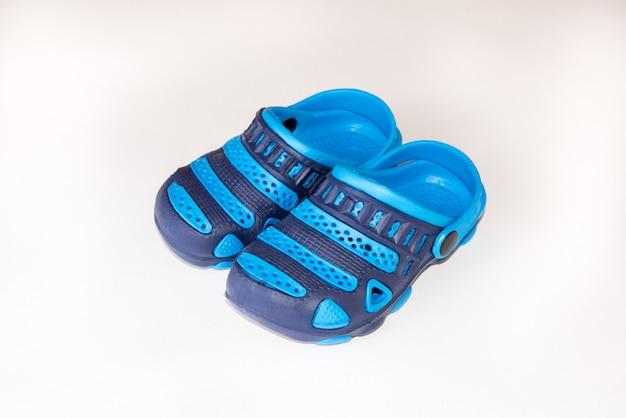 Par de chinelos azuis crocs