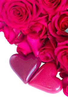 Par de corações com bordas de rosas isoladas no fundo branco
