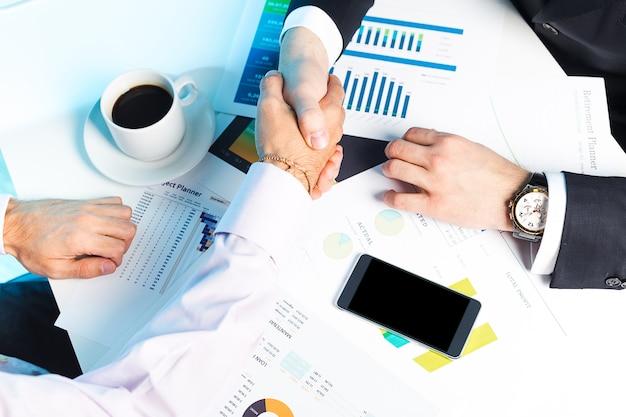 Par de empresários trabalhando juntos em algum assunto de negócios